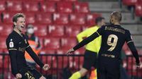 Frenkie de Jong rayakan gol usai cetak gol untuk Barcelona di Copa Del Rey melawan Granada, Kamis (4/2/2021) dini hari WIB (AFP/Jorge Guerrero)