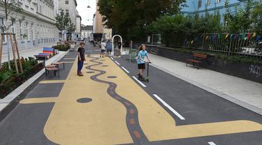 "Sejumlah warga bermain di ""jalan sejuk"" yang disediakan di Waltergasse, Wina, 20 Juli 2020. Wina menyediakan 22 ""jalan sejuk"" bagi warga yang ingin menyejukkan diri, lengkap dengan berbagai fasilitas seperti mainan, alat olahraga dan air bersih gratis hingga 20 September 2020. (Xinhua/Guo Chen)"