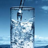Sering buang air kecil di waktu malam? Mungkin kamu meminum air putih di waktu yang salah.