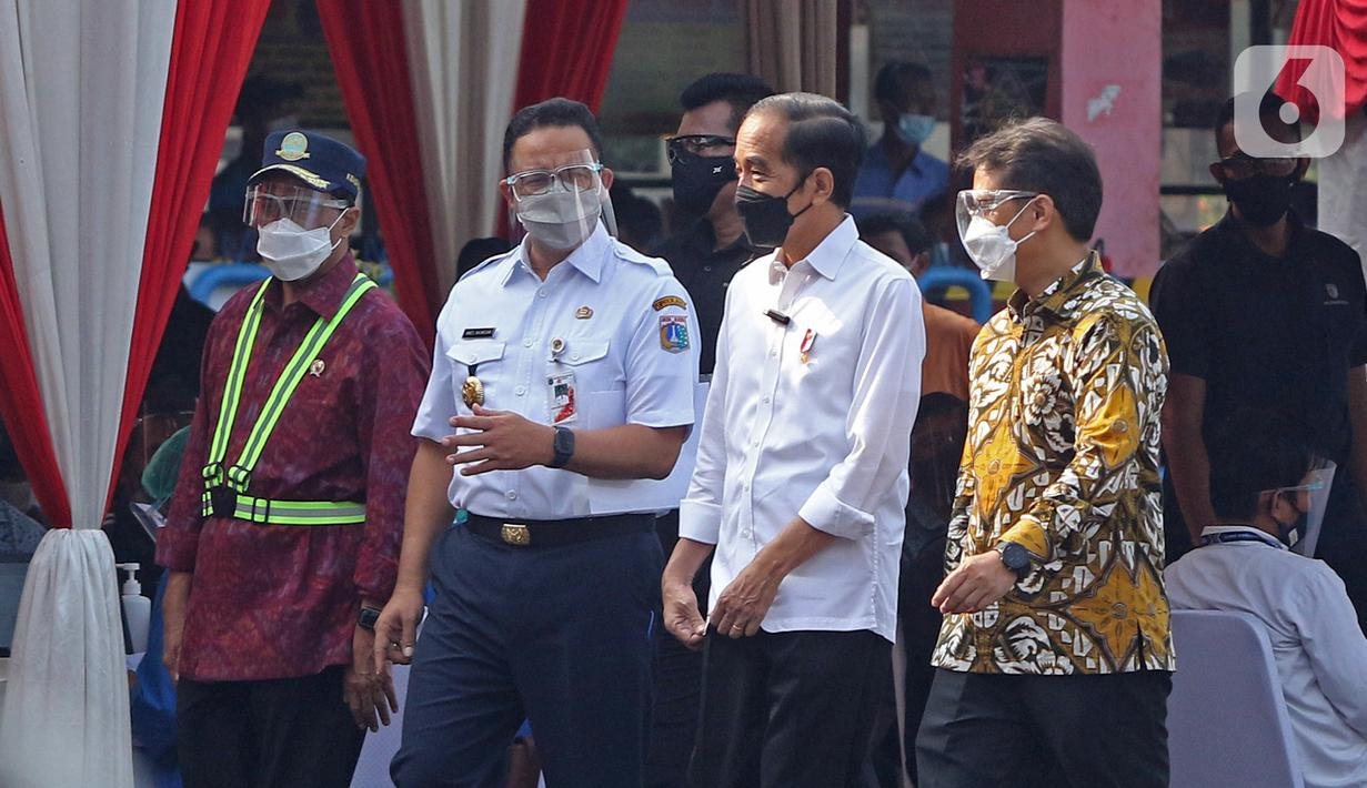 Presiden Joko Widodo (kedua kanan) bersama Menkes Budi Gunadi Sadikin (kanan) serta Menhub Budi Karya Sumadi (kiri) dan Gubernur DKI Jakarta Anies Baswedan meninjau vaksinasi COVID-19 massal pelaku transportasi di Terminal Kampung Rambutan, Jakarta, Kamis (10/6/2021). (Liputan6.com/Herman Zakharia)