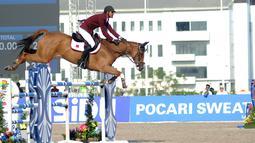 Atlet ketangkasan berkuda Qatar, Althani Al mengendalikan kuda bernama Sirocco saat final round 1 individual jumping Asian Games 2018 di Jakarta, Kamis (30/8). Harga Sirocco sekitar 20 juta euro atau lebih dari Rp 345 miliar. (Merdeka.com/Arie Basuki)
