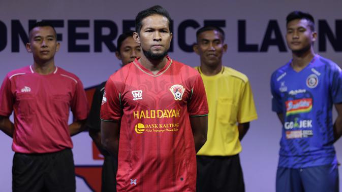 Pemain Kalteng Putra berpose saat Peluncuran Shopee Liga 1 di SCTV Tower, Jakarta, Senin (13/5). Sebanyak 18 klub akan bertanding pada Liga 1 mulai tanggal 15 Mei. (Bola.com/Vitalis Yogi Trisna)