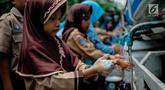 Sejumlah siswa mempraktikan cuci tangan yang benar ketika memperingati Hari Cuci Tangan Pakai Sabun Sedunia di Jakarta, Rabu (17/10). Kegiatan tersebut untuk mengajarkan kepada siswa tentang pentingnya menjaga kesehatan. (Liputan6.com/Faizal Fanani)