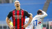 Ekspresi kecewa striker AC Milan, Zlatan Ibrahimovic, saat melawan Sampdoria pada laga Liga Italia di Stadion San Siro, Minggu (4/4/2021). Kedua tim bermain imbang 1-1. (AP Photo/Antonio Calanni)