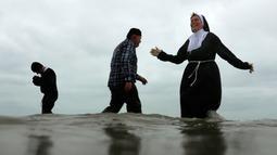 Warga Belgia menyerbu perairan Laut Utara untuk merayakan akhir pekan perrtama 2019 di Ostend, Sabtu (5/1). Cuaca dingin tidak menghalangi mereka menceburkan diri ke dalam air sebagai  tradisi tahun baru. (AP/Francisco Seco)