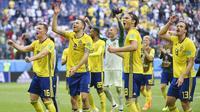 Para pemain Swedia melakukan selebrasi usai mengalahkan Swiss pada laga 16 besar Piala Dunia di Stadion St. Petersburg, Selasa (3/7/2018). Swedia menang 1-0 atas Swiss. (AP/Martin Meissner)