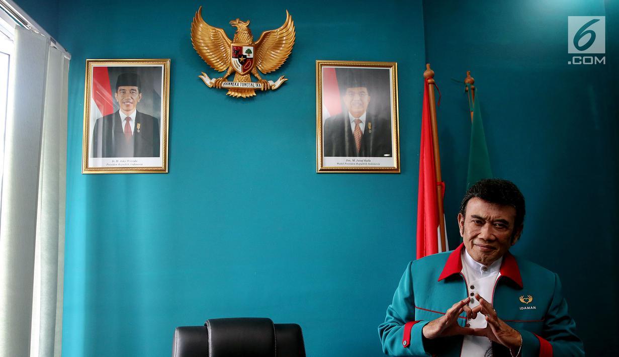 Ketua Umum Partai Idaman Rhoma Irama memberi salam Idaman saat sesi foto di Kantor DPP Partai Idaman, Jakarta, Selasa (16/1). Partai Idaman menyatakan akan melaporkan Bawaslu ke Dewan Kehormatan Penyelenggara Pemilu (DKPP). (Liputan6.com/JohanTallo)