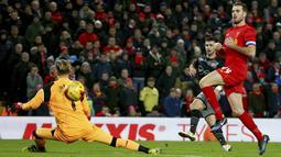 Pemain Southampton, Shane Long, (tengah) melepaskan tembakan menembus kawalan kiper Liverpool  pada laga semifinal leg kedua Piala Liga Inggris di Anfield stadium, Liverpool (25/1/2017). Liverpool kalah 0-1. (AP/Dave Thompson)
