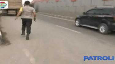Tembakan peringatan terpaksa dikeluarkan karena preman yang dikejar terus berusaha kabur.