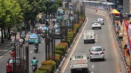 Sejumlah kendaraan melaju di antara tiang beton proyek monorel di Jalan HR Rasuna Said, Jakarta, Selasa (4/9). Pada tahap pertama, ERP atau jalan berbayar akan berlaku di Sudirman dan Jalan HR. Rasuna Said pada Maret 2019. (Liputan6.com/Faizal Fanani)