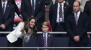 Pangeran George nonton Piala Euro 2020. (AP Photo/Frank Augstein, Pool)