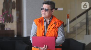 Pengusaha Kock Meng berjalan keluar seusai menandatangani berkas surat perpanjangan penahanan di Gedung KPK, Jakarta, Rabu (30/10/2019). Kock Meng  merupakan tersangka penyuap Gubernur Kepri nonaktif Nurdin Basirun. (merdeka.com/Dwi Narwoko)
