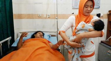 Bayi jumbo alias bayi raksasa seberat 5,7 kilogram lahir di Cilacap dengan persalinan normal, Minggu siang (16/9/2018). (Liputan6.com/Muhamad Ridlo)