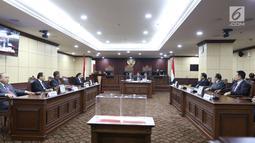 Suasana saat pemilihan ketua Mahkamah Konstitusi di Jakarta, Senin (2/3). Pemilhan ketua baru MK dilakukan lantaran Arief Hidayat telah mengakhiri masa jabatan sebagai hakim konsitusi periode 2013-2018. (Liputan6.com/Angga Yuniar)