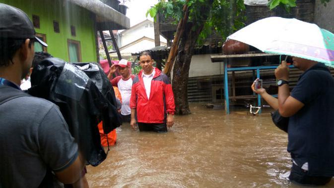 Anies Baswedan tinjau banjir di Cipinang Melayu. (Liputan6.com/Khairur Rasyid)