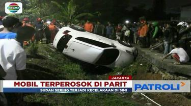Tak bisa kuasai jalan karena kondisi jalan sempit, sebuah mobil terjungkal ke parit Banjir Kanal Timur.