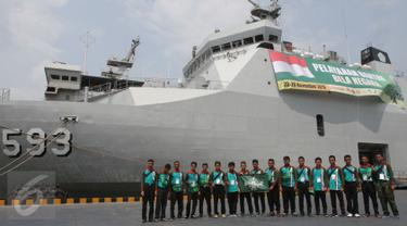 Sejumlah peserta berfoto di depan Kapal Banda Aceh 593 sebelum mengikuti pelayaran Santri Bela Negara di Pelabuhan Kolin Lamil Tanjung Priok, Jakarta, Sabtu (21/11). (Liputan6.com/Faizal Fanani)