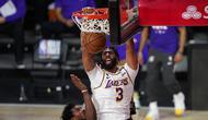 Pemain Los Angeles Lakers Anthony Davis melewati Jimmy Butler dan Jae Crowder dari Miami Heat pada Gim 6 NBA Finals di Lake Buena Vista, Florida, Senin (12/10/2020). (Foto AP / Mark J. Terrill)