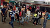 Sejumlah penumpang usai menaiki KRL Commuter Line di Jakarta, Sabtu (27/1). PT Kereta Commuter Indonesia, operator KRL Commuter Line menargetkan mengangkut 320,03 juta penumpang atau naik 9,5 persen. (Liputan6.com/Immanuel Antonius)
