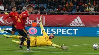 Pemain Spanyol Dani Olmo mencetak gol ke gawang Malta yang dijaga Henry Bonello pada babak kualifikasi Grup F Piala Eropa 2020 di Stadion Ramon de Carranza, Cadiz, Spanyol, Jumat (15/11/2019). Spanyol menang 7-0. (AP Photo/Miguel Morenatti)