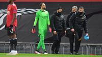 Pau Lopez meninggalkan lapangan pada leg 1 semifinal Liga Europa. AS Roma dipermalukan Manchester United dengan skor 2-6. (Paul ELLIS / AFP)