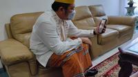 Gubernur Sumsel berkomunikasi dengan Christina Ramauli Simatupang, perawat RS Siloam Sriwijaya Palembang yang mendapatkan penganiayaan oleh keluarga pasien (Liputan6.com / Nefri Inge)
