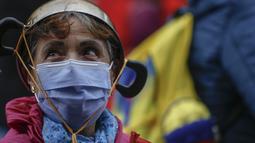 Seorang wanita mengambil bagian dalam protes anti-pemerintah di tengah perayaan Hari Kemerdekaan Kolombia, di Bogota, Selasa (20/7/2021). Warga Kolombia kembali turun ke jalan ketika pemerintah secara resmi mengajukan RUU reformasi pajak $3,95 miliar kepada Kongres. (AP Photo/Ivan Valencia)