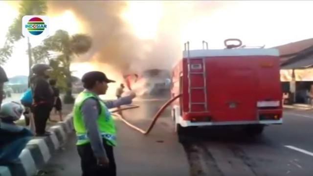 Sebuah video amatir merekam kebakaran bus di Jalur Pantura. Tidak ada korban jiwa dalam peristiwa tersebut.