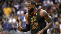 Pebasket Cleveland Cavaliers, LeBron James, saat pertandingan melawan Phoenix Suns pada laga NBA di Talking Stick Resort Arena, Rabu (14/3/2018). Cleveland Cavaliers menang 129-107 atas Phoenix Suns. (AP/Rick Scuteri)