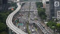 Suasana proyek pembangunan LRT Jabodebek di kawasan Jalan Gatot Soebroto, Jakarta, Senin (3/2/2020). PT KAI menanggung 60% dari kebutuhan pembangunan LRT Jabodebek senilai Rp 22,8 triliun sisanya ditanggung PT Adhi Karya dan pemerintah. (Liputan6.com/Fery Pradolo)