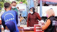 Menteri Sosial Tri Rismaharini meninjau dapur umum di Covention Hall Surabaya, Sabtu (10/7).