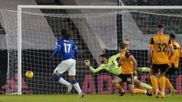 Gelandang Everton, Alex Iwobi (kiri) mencetak gol pertama timnya ke gawang Wolverhampton Wanderers dalam laga lanjutan Liga Inggris 2020/21 di Molineux Stadium, Selasa (12/1/2021). Everton menang 2-1 atas Wolverhampton Wanderers. (AFP/Tim Keeton/Pool)