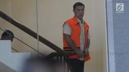 Pengusaha dan mantan tim sukses Bupati Talaud, Benhur Lalenoh menaiki tangga akan menjalan pemeriksaan lanjutan di Gedung KPK, Jakarta, Rabu (19/6/2019). Benhur Lalenoh diperiksa sebagai tersangka terkait dugaan suap proyek pembangan pasar di Kabupaten Kepulauan Talaud. (merdeka.com/Dwi Narwoko)