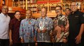 Putra almarhum Presiden ke-3 RI BJ Habibie Ilham Akbar Habibie (tengah) foto bersama dengan sejumlah pengurus PWI seusai penyerahan anugerah Bapak Kemerdekaan Pers Indonesia kepada almarhum BJ Habibie di Jakarta, Senin (16/9/2019). (Liputan6.com/Angga Yuniar)