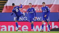 Gelandang Leicester City, James Maddison (tengah) melakukan selebrasi usai mencetak gol pertama timnya ke gawang Southampton dalam laga lanjutan Liga Inggris 2020/21 pekan ke-18 di King Power Stadium, Sabtu (16/1/2021). Leicester City menang 2-0 atas Southampton. (AFP/Alex pantling/Pool)