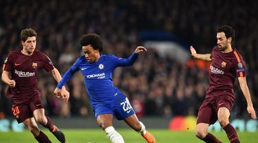 Gelandang Chelsea, Willian, berusaha melewati kepungan pemain Barcelona pada laga Liga Champions di Stadion Stamford Bridge, London, Selasa (20/2/2018). Chelsea sementara unggul 1-0 atas Barcelona. (AFP/Glyn Kirk)