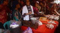 Menteri Keuangan Sri Mulyani bersama pedagang Pasar Besar Kota Malang, Jawa Timur (Liputan6.com/Zainul Arifin)