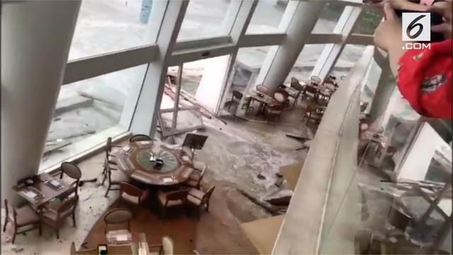 Topan Mangkhut melanda wilayah China. Akibatnya ombak besar menghantam dinding kaca Hotel Sheraton Dameisha Resort, Shenzen.