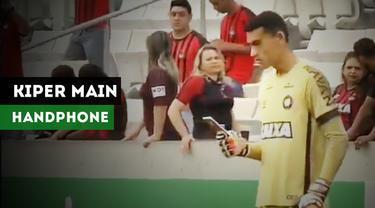 Kiper Atletico Paranaense, Santos, tertangkap kamera memainkan handphone saat pertandingan melawan Atletico Mineiro.