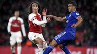 Pemain Arsenal, Matteo Guendouzi, berebut bola dengan pemain Cardiff City, Lee Peltier, pada laga Premier League di Stadion Emirates, Rabu (30/1). Arsenal menang 2-1 atas Cardiff City. (AP/Nick Potts)
