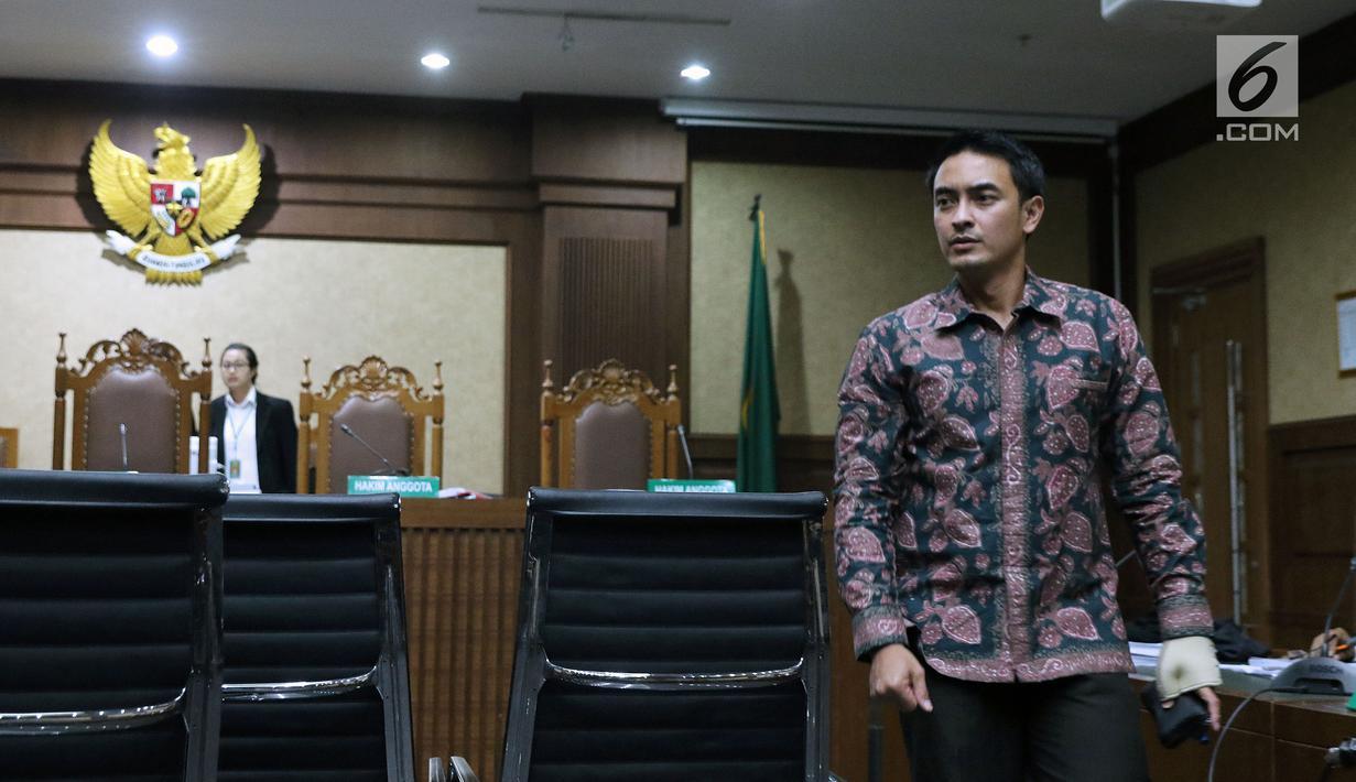 Gubernur nonaktif Jambi, Zumi Zola saat jeda sidang lanjutan kasus dugaan menerima gratifikasi dan suap di Pengadilan Tipikor Jakarta, Kamis (6/9). Sidang menghadirkan 10 orang saksi dari unsur PNS dan swasta. (Liputan6.com/Helmi Fithriansyah)