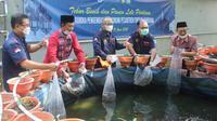 Deputi Kepala Perwakilan Bank Indonesia Bali Rizki Ernadi Wimanda saat meninjau kolam ternak lele di Pondok Pesantren (Ponpes) Firdaus, di Kabupaten Jimbaran Bali (Liputan6.com / Dewi Divianta)
