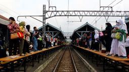 Calon penumpang menunggu kereta commuter line di Stasiun Manggarai, Jakarta, Kamis (13/2/2020). Rekayasa perjalanan KRL dijadwalkan berlangsung 11 hari, kurun waktu 13-23 Februari 2020. (merdeka.com/Magang/Muhammad Fayyadh)