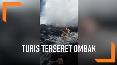 Saking asyiknya berfoto, dua turis tak sadar ombak besar menghampirinya. Sampai-sampai mereka ikut terseret ombak. Beruntung, turis tersebut berhasil selamat meski mengalami luka ringan.
