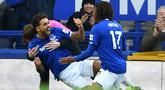 Pemain Everton Dominic Calvert-Lewin (kedua kiri) melakukan selebrasi usai mencetak gol ke gawang Chelsea pada pertandingan Liga Inggris di Goodison Park, Liverpool, Inggris, Sabtu (7/12/2019). Everton menang 3-1. (Paul ELLIS/AFP)