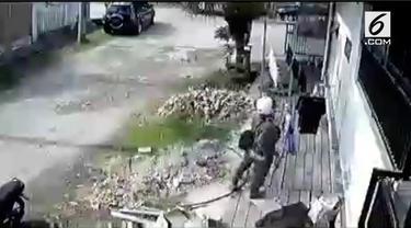 Aksi seorang pria bermotor di Samarinda, Kalimantan Barat, mencuri jemuran terekam kamera cctv.