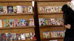 Pengunjung melihat komik selama pameran yang digagas oleh LSPR Communication Festival, Carousell Barteran Yuk, berkolaborasi dukungan Pemberdayaan Pengusaha Kreatif Indonesia di Atrium FX, Jakarta, Jumat (27/7). (Lipuatn6.com/Johan Tallo)