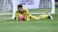 David De Gea jatuh bangun saat Manchester United dikalahkan AS Roma, 2-3 pada leg kedua semifinal Liga Europa. (Filippo MONTEFORTE / AFP)