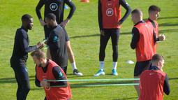 Striker Inggris Harry Kane (kiri) bersama rekan setimnya berlatih jelang menghadapi Bulgaria dalam lanjutan penyisihan Grup A kualifikasi Euro 2020 di Praha, Republik Ceko, Minggu (13/10/2019). The Three Lions berpeluang memastikan tiket ke Euro 2020 saat menghadapi Bulgaria. (Michal CIZEK/AFP)