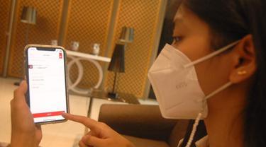 Nasabah sedang berbagi Amplop Lebaran menggunakan fitur Top-Up e-Wallet di OCTO Mobile, Senin (10/5/2021). (Dok CIMB Niaga)